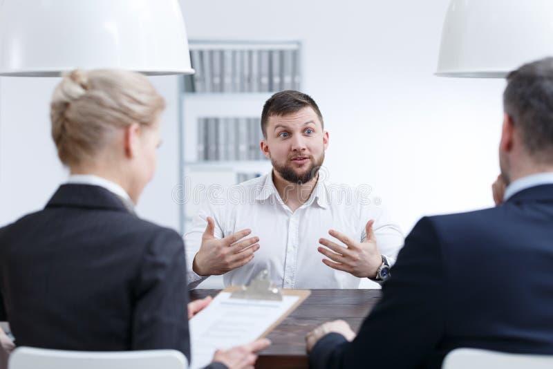 Homme parlant au sujet de ses qualifications images stock