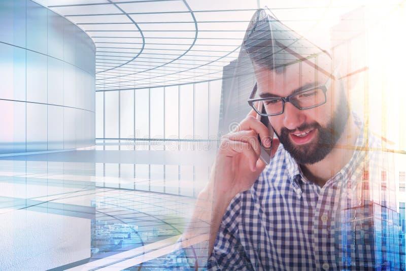 Homme parlant au téléphone photo stock
