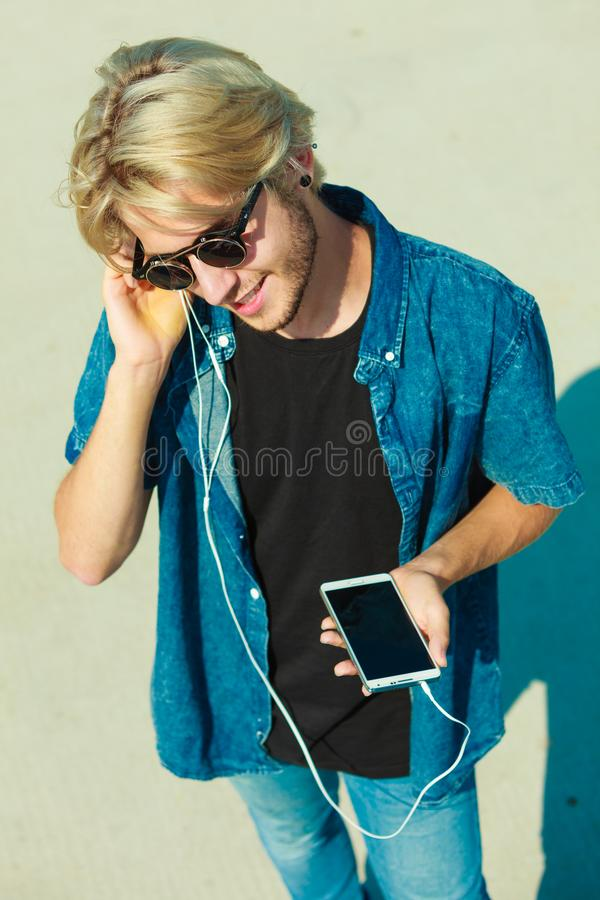Homme parlant au téléphone par le système de loudspeeker photo stock