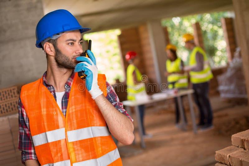 Homme parlant de talky walky au site photo libre de droits