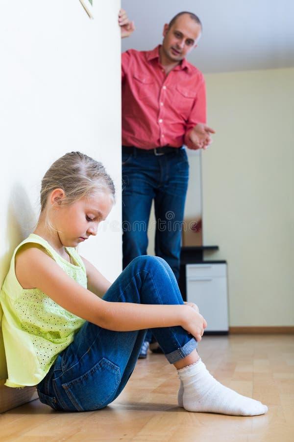 Homme parlant la petite fille unpleased images stock