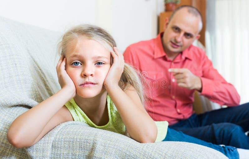 Homme parlant la petite fille unpleased photos stock