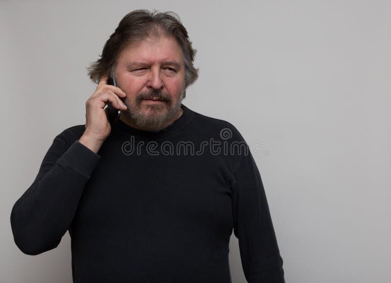 Homme parlant sur un téléphone portable photo libre de droits