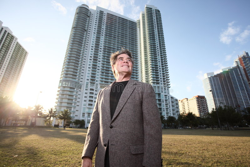 Homme parmi des constructions photo libre de droits