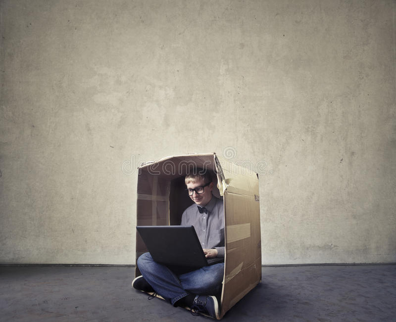 Homme passant en revue dans une boîte images libres de droits