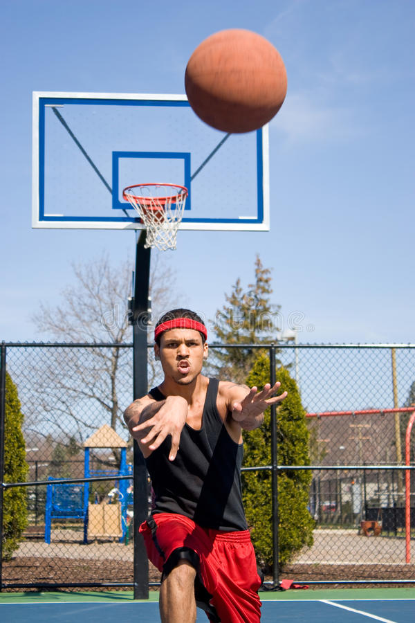Homme passant le basket-ball photographie stock