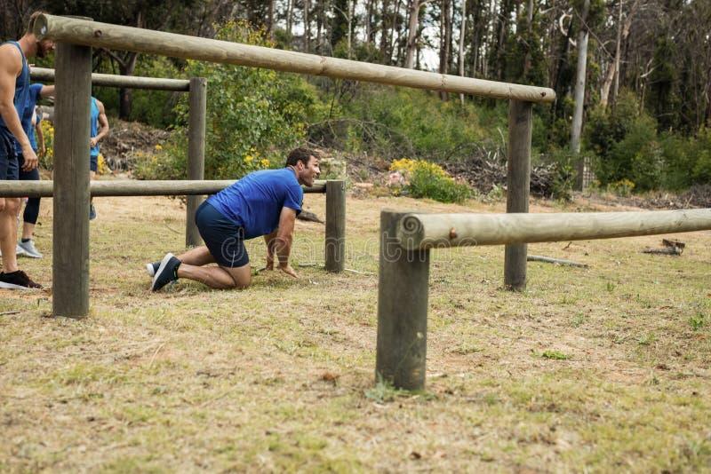 Homme passant par des obstacles pendant le parcours du - Parcours du combattant jeu ...