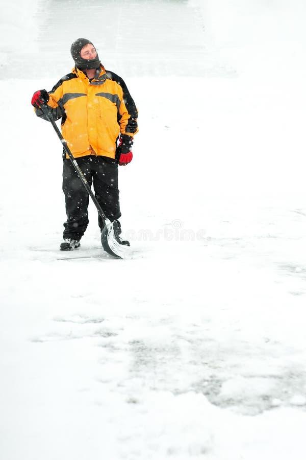 Homme pellant la neige photos stock