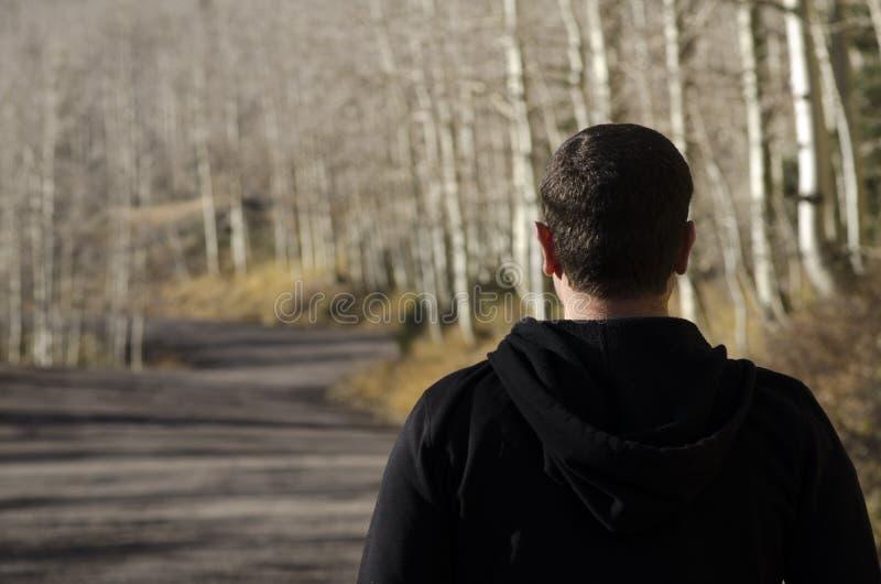 Homme pensant à l'avenir au chemin devant lui photographie stock libre de droits
