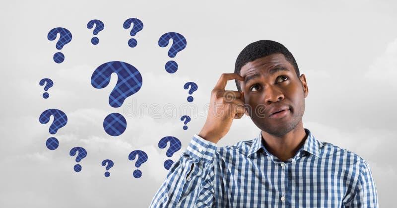 Homme pensant avec les points d'interrogation couverts de chaume bleus photo libre de droits