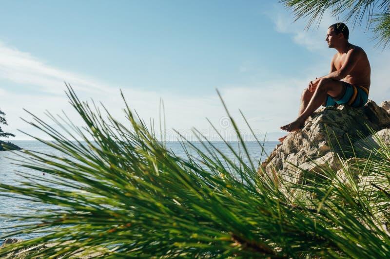 Homme pensant sur la falaise image libre de droits