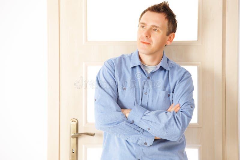 Homme pensif attirant images stock