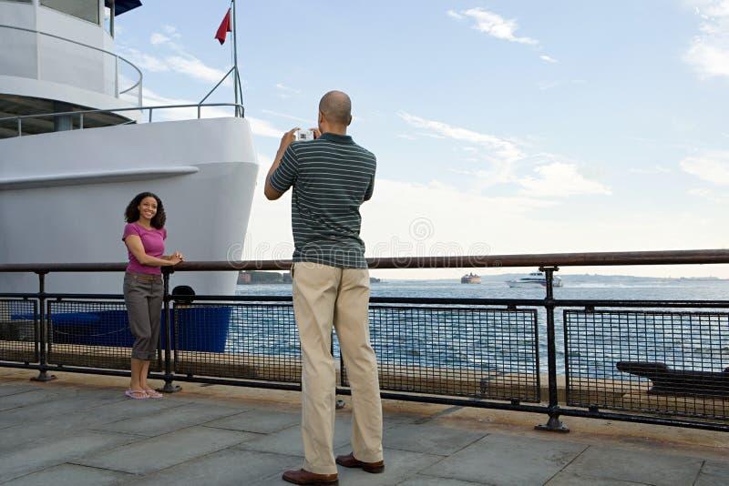 Homme photographiant la femme photographie stock libre de droits