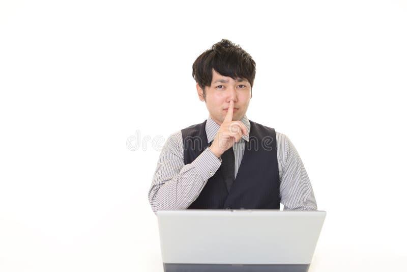 Homme plaçant le doigt sur des lèvres photos libres de droits