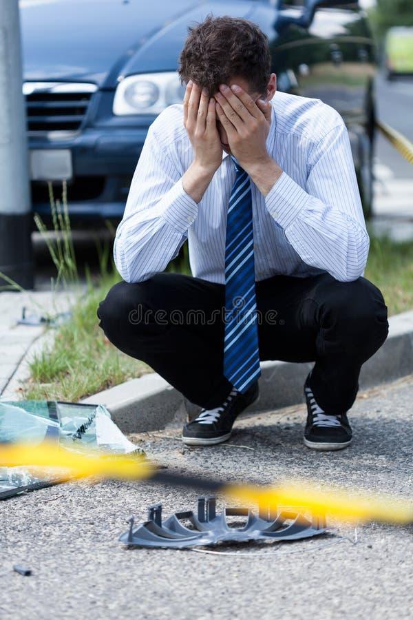 Homme pleurant à la scène d'accidents photo stock