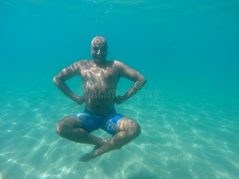 Homme plongeant sous l'eau photo libre de droits