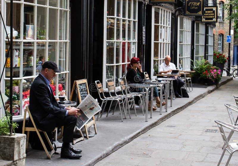 Download Homme plus âgé à un café image éditorial. Image du outside - 76084385