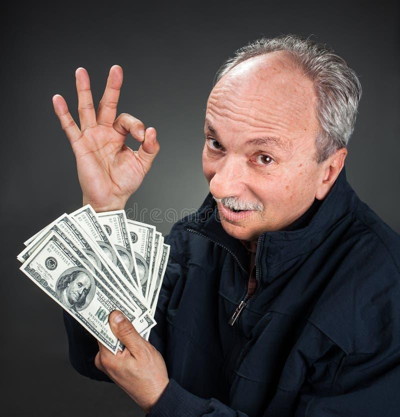 Homme plus âgé affichant le ventilateur de l'argent images libres de droits