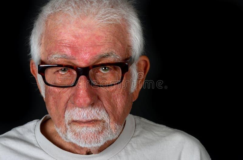 Homme plus âgé avec l'expression triste versant une larme photo stock