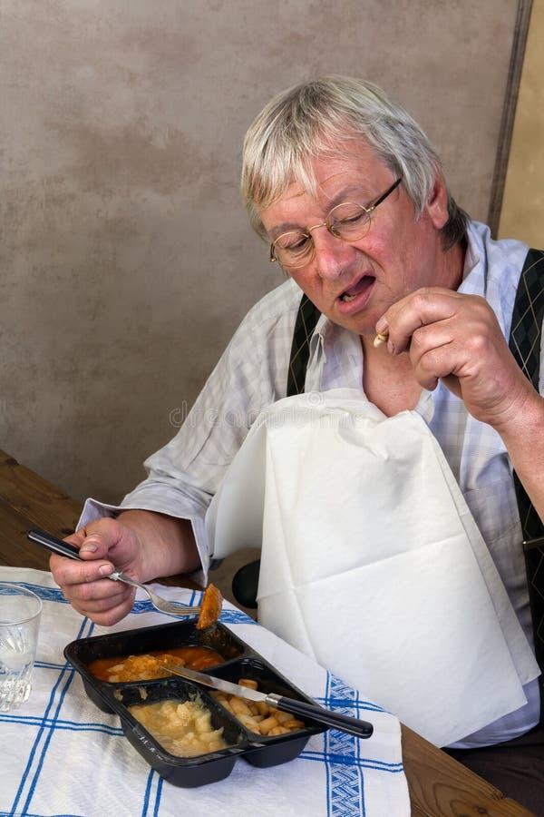Homme plus âgé avec la dent cassée images stock