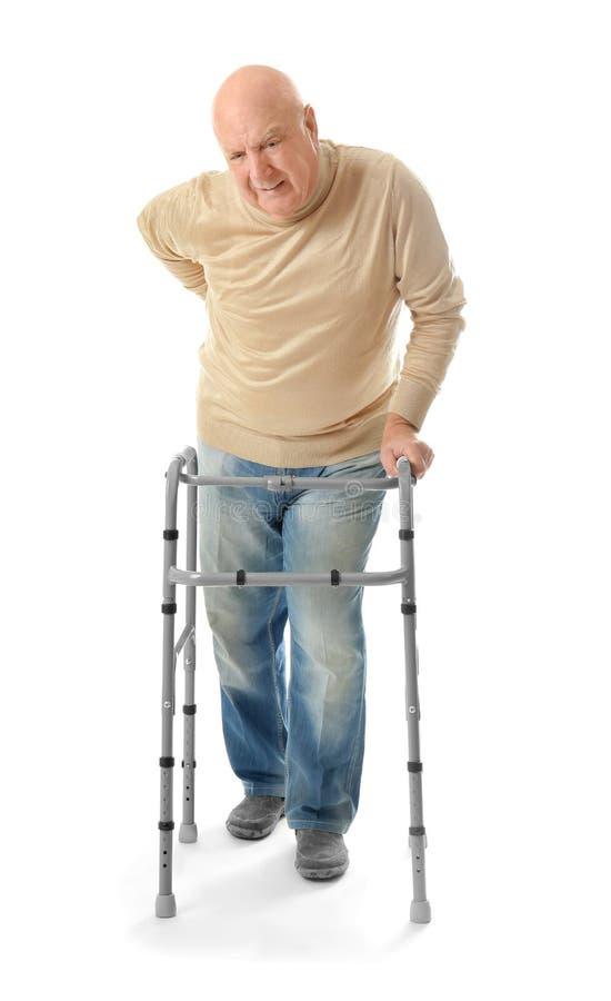 Homme plus âgé avec le cadre de marche photos stock