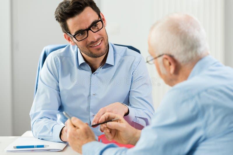 Homme plus âgé ayant la réunion avec le comptable image libre de droits