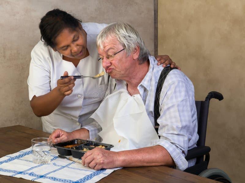 Homme plus âgé de alimentation photo libre de droits