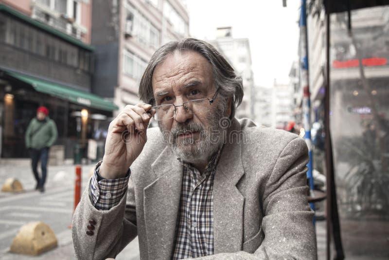 Homme plus âgé de portrait dans l'extérieur photographie stock