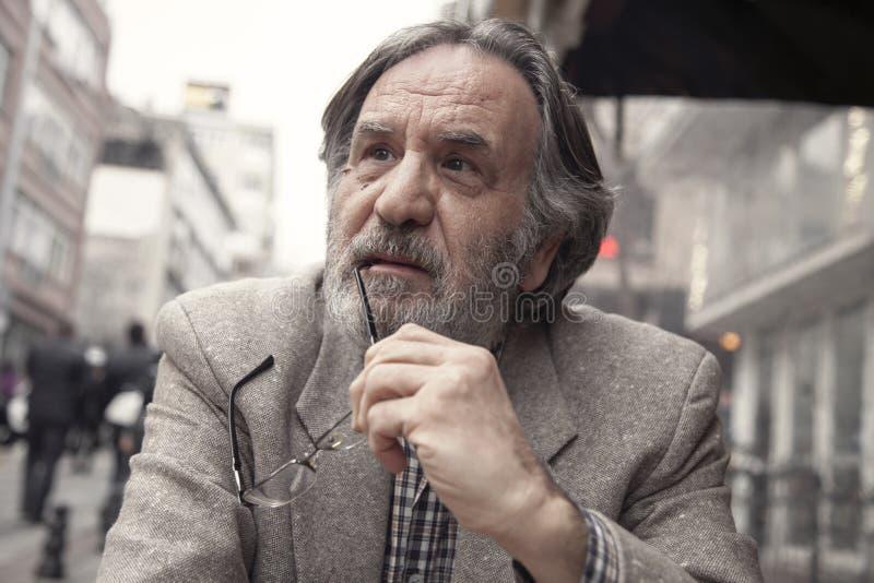 Homme plus âgé de portrait dans l'extérieur photo libre de droits
