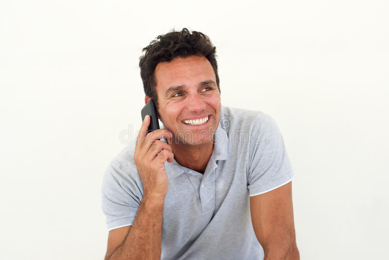 Homme plus âgé de sourire parlant au téléphone portable image libre de droits