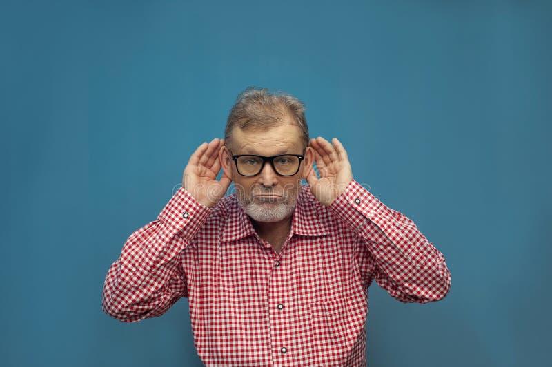 Homme plus âgé drôle bel utilisant le style occasionnel futé et les lunettes image stock