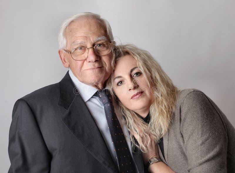 Homme plus âgé et sa petite-fille photos libres de droits