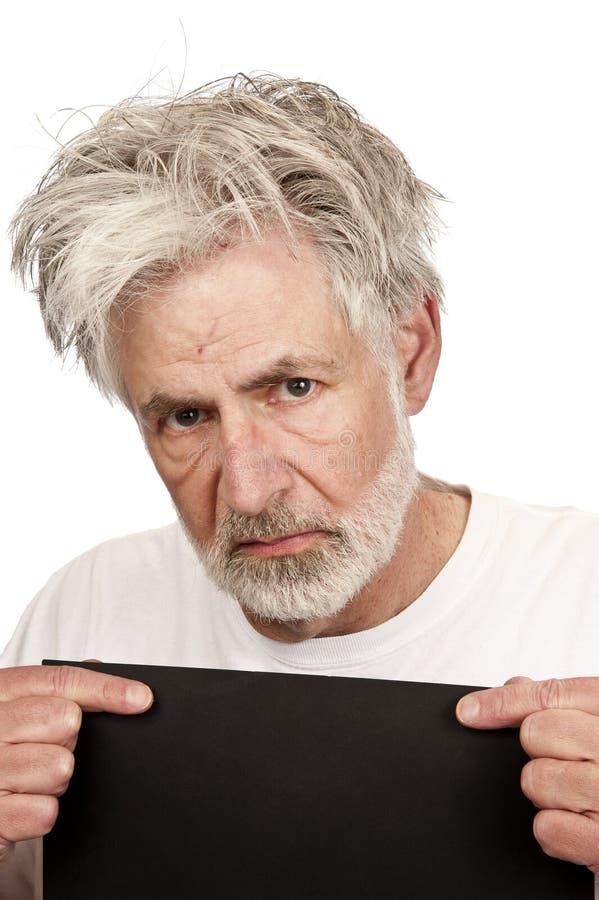 Homme plus âgé fâché étant réservé dans la prison photo stock