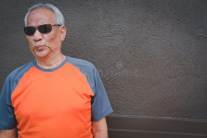 homme plus âgé furieux, mâle plus âgé exaspéré Aîné fâché images stock