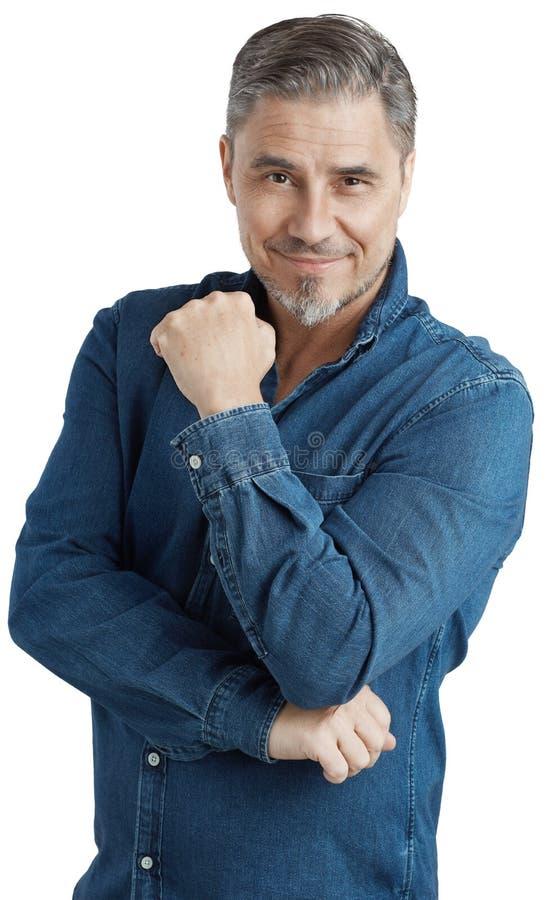 Homme plus âgé heureux dans le sourire occasionnel de chemise de jeans image libre de droits