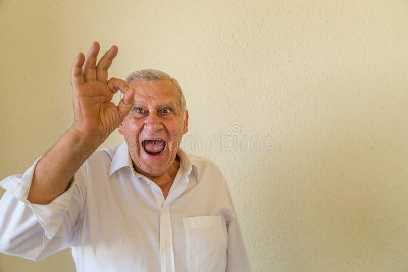 Homme plus âgé montrant le signe correct images libres de droits