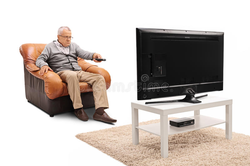 Homme plus âgé regardant la TV photo stock