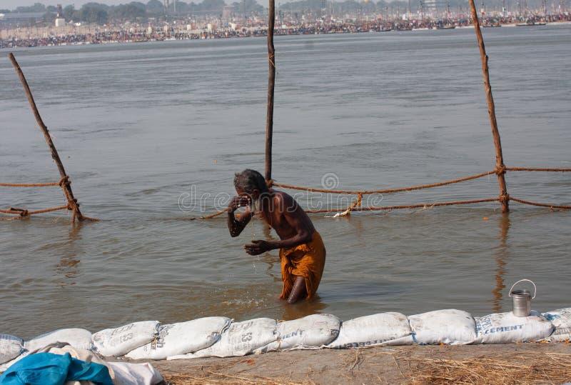 Homme plus âgé se baignant en rivière photos libres de droits