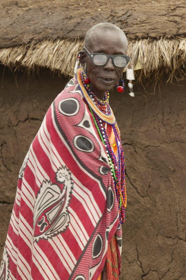 Homme plus âgé supérieur de masai avec des lunettes dans le village près du parc national de Tsavo, Kenya, Afrique photo libre de droits