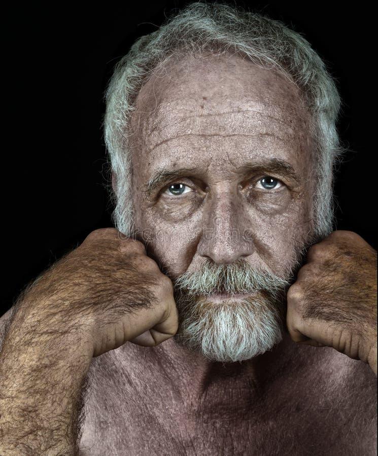 Homme plus âgé très bel sur le noir photographie stock libre de droits