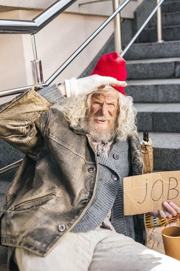 Homme plus âgé triste étant sans emploi image libre de droits