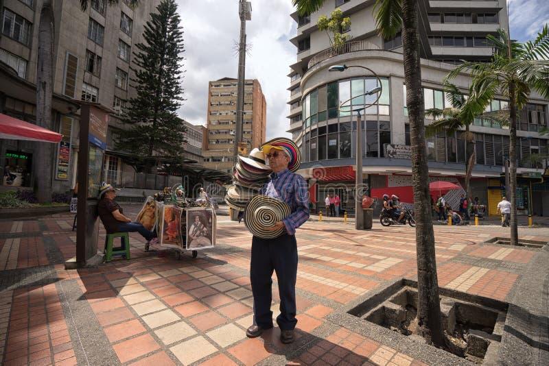 Homme plus âgé vendant des chapeaux de paille sur la rue à Medellin, Colombie photos stock