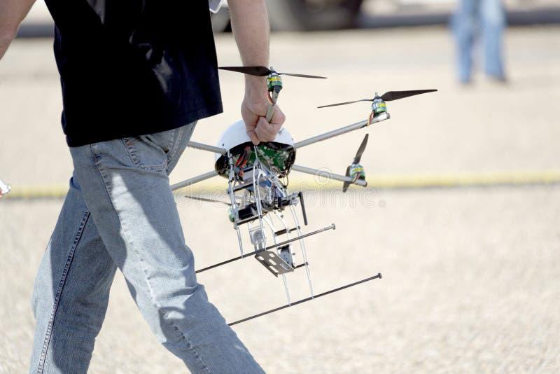 Homme portant le bourdon d'UAV photographie stock libre de droits