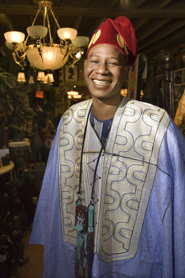 Homme portant le vêtement africain traditionnel. image stock
