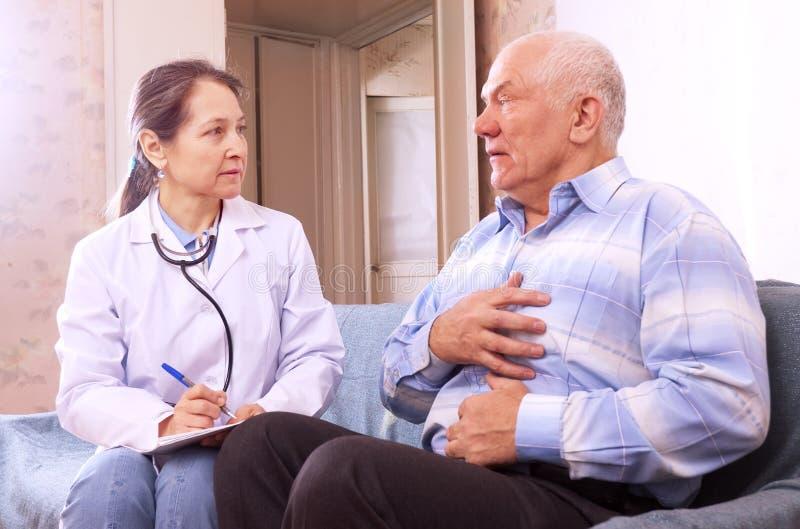 Homme portant plainte au docteur au sujet des symptômes image libre de droits