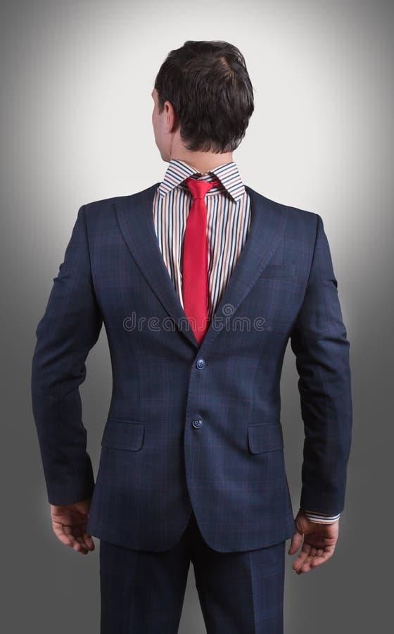 Homme portant son costume dessus vers l'arrière images libres de droits
