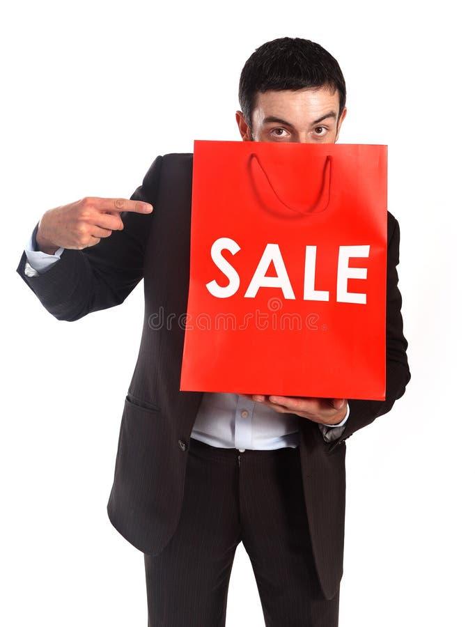 Homme portant un panier rouge de vente photographie stock libre de droits