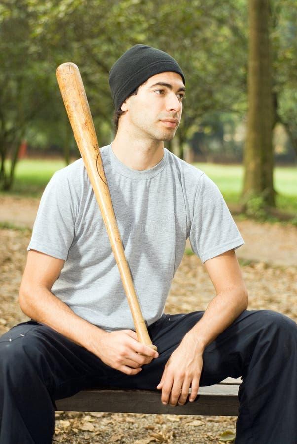 Homme posant avec 'bat' - verticale photos stock