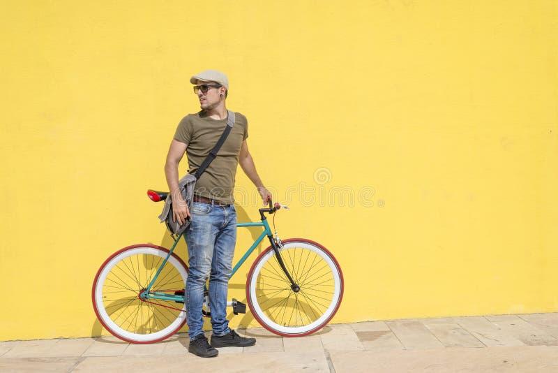 Homme posant avec sa bicyclette fixe de vitesse images libres de droits