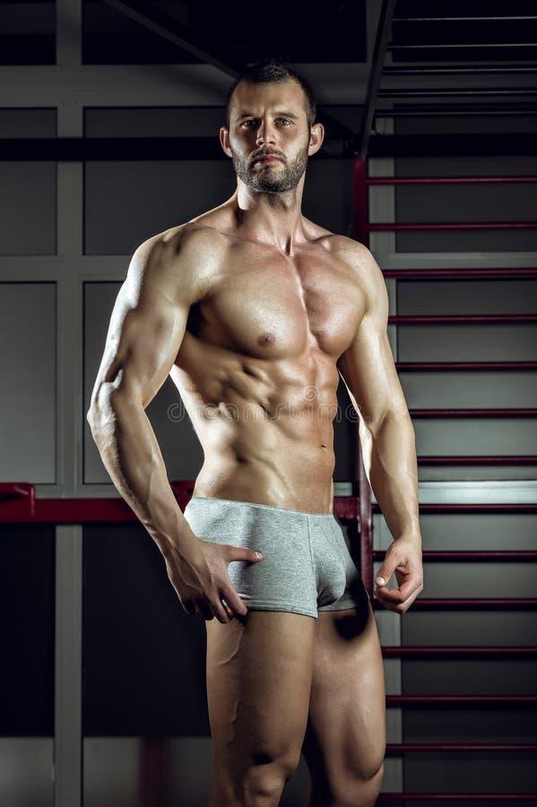 Homme posant dans le pantalon images stock